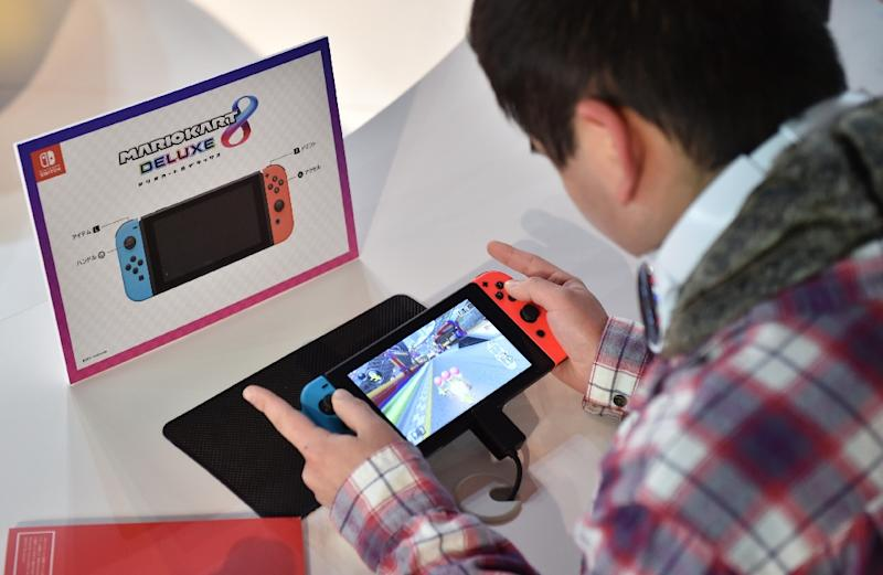 A visitor plays a Nintendo's new Switch game console during its game experience session in Tokyo on January 14, 2017 (AFP Photo/KAZUHIRO NOGI)