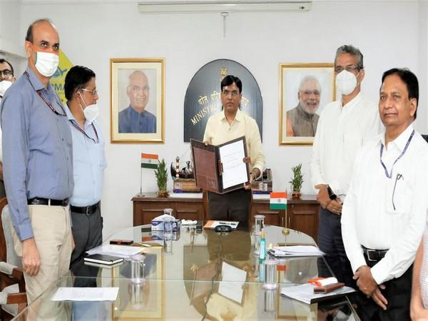 Minister For Shipping Mansukh Mandaviya in centre along with other officials (Photo/ANI)