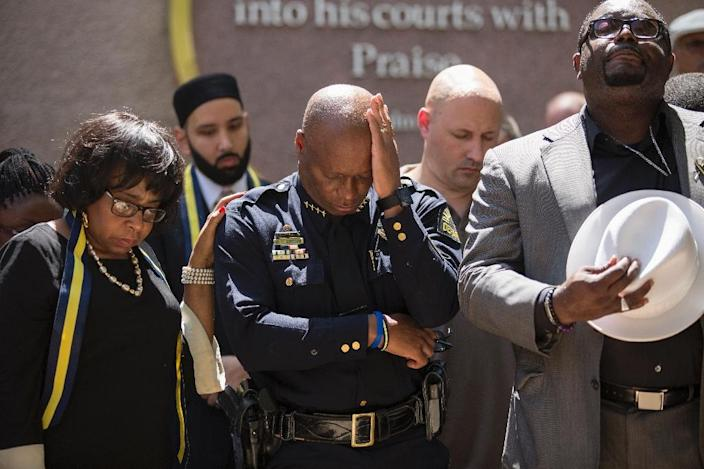 Dallas Police Chief David Brown prays during a a vigil at Thanks-Giving square in Dallas on July 8, 2016 (AFP Photo/Laura Buckman)