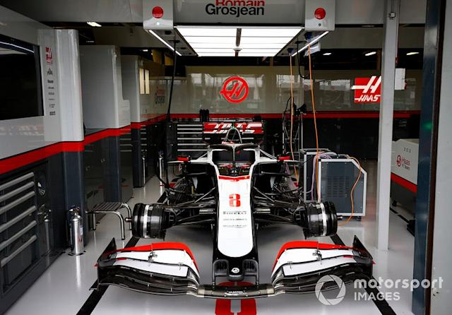 "Romain Grosjean's Haas VF-20 en el garage <span class=""copyright"">Andy Hone / Motorsport Images</span>"