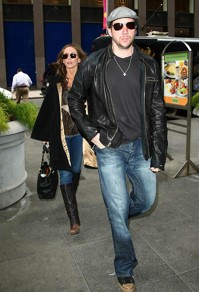 """When a man on the street reportedly asked Jamie how he """"scored"""" Jennifer, the """"Ghost Whisperer"""" star replied that it was his personality. Jackson Lee/<a href=""""http://www.splashnewsonline.com/"""" target=""""new"""">Splash News</a> -April 7, 2009"""