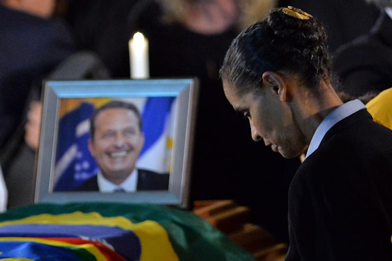 Late Brazilian candidate Eduardo Campos' running mate, Marina Silva, mourns next to his cofin at the Palacio do Campo das Princesas, in Recife, Brazil late on August 16, 2014 (AFP Photo/Nelson Almeida)