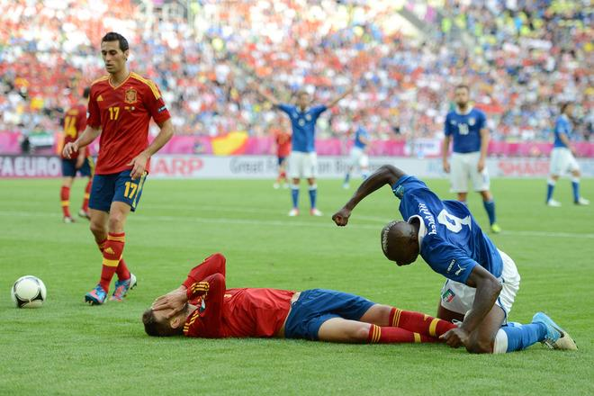 GDANSK, POLAND - JUNE 10: Gerard Pique of Spain and Mario Balotelli of Italy clash during the UEFA EURO 2012 group C match between Spain and Italy at The Municipal Stadium on June 10, 2012 in Gdansk, Poland.  (Photo by Jasper Juinen/Getty Images) *** BESTPIX ***