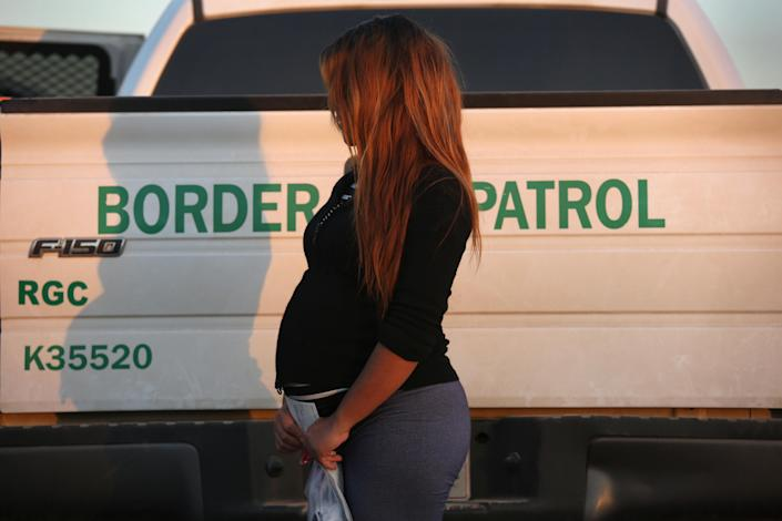 "<span class=""s1"">A pregnant immigrant from El Salvador after she turned herself in to border agents near Rio Grande City, Texas, in 2015. (Photo: John Moore/Getty Images)</span>"