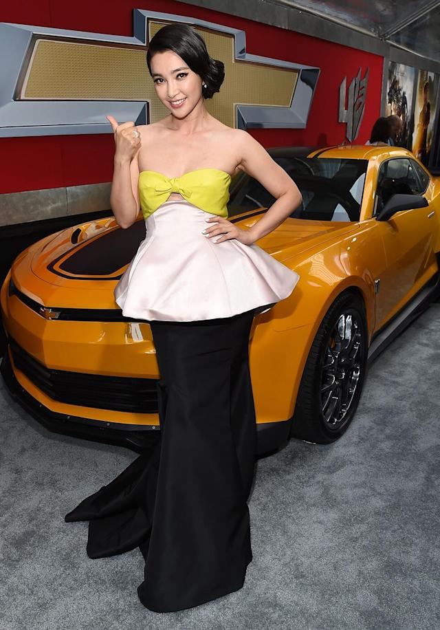 <p>The Chinese singer-actress gives a thumbs-up as she arrives for the <em>Age of Extinction</em>. (Photo: Larry Busacca/Getty Images) </p>