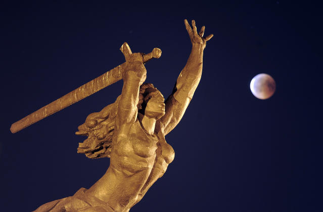 <p>A blood moon rises next to the statue of Nike, the goddess of victory, during a complete lunar eclipse in Warsaw, Poland, Friday, July 27, 2018. (Photo: Alik Keplicz/AP) </p>