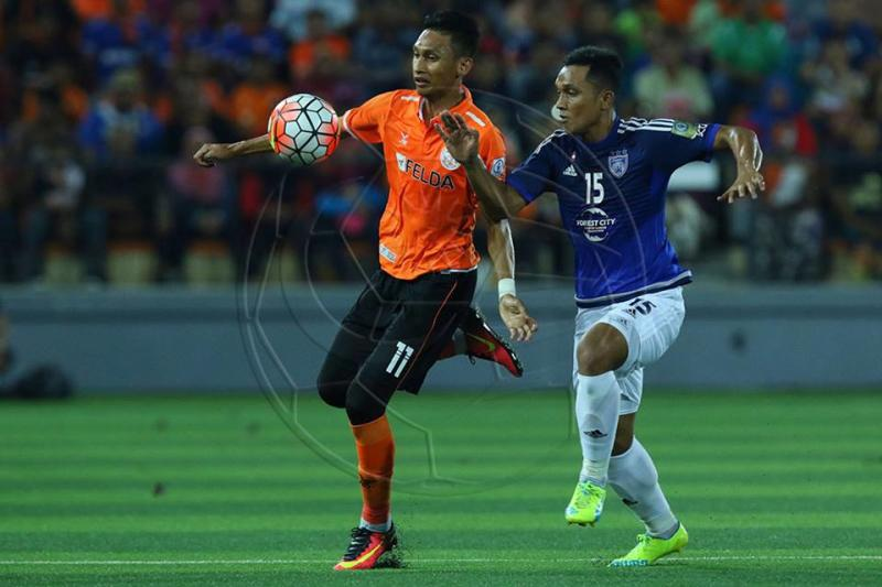 Syamim Yahya (left) vies with Johor Darul Ta'zim's Fazley Mazlan for the ball 2016
