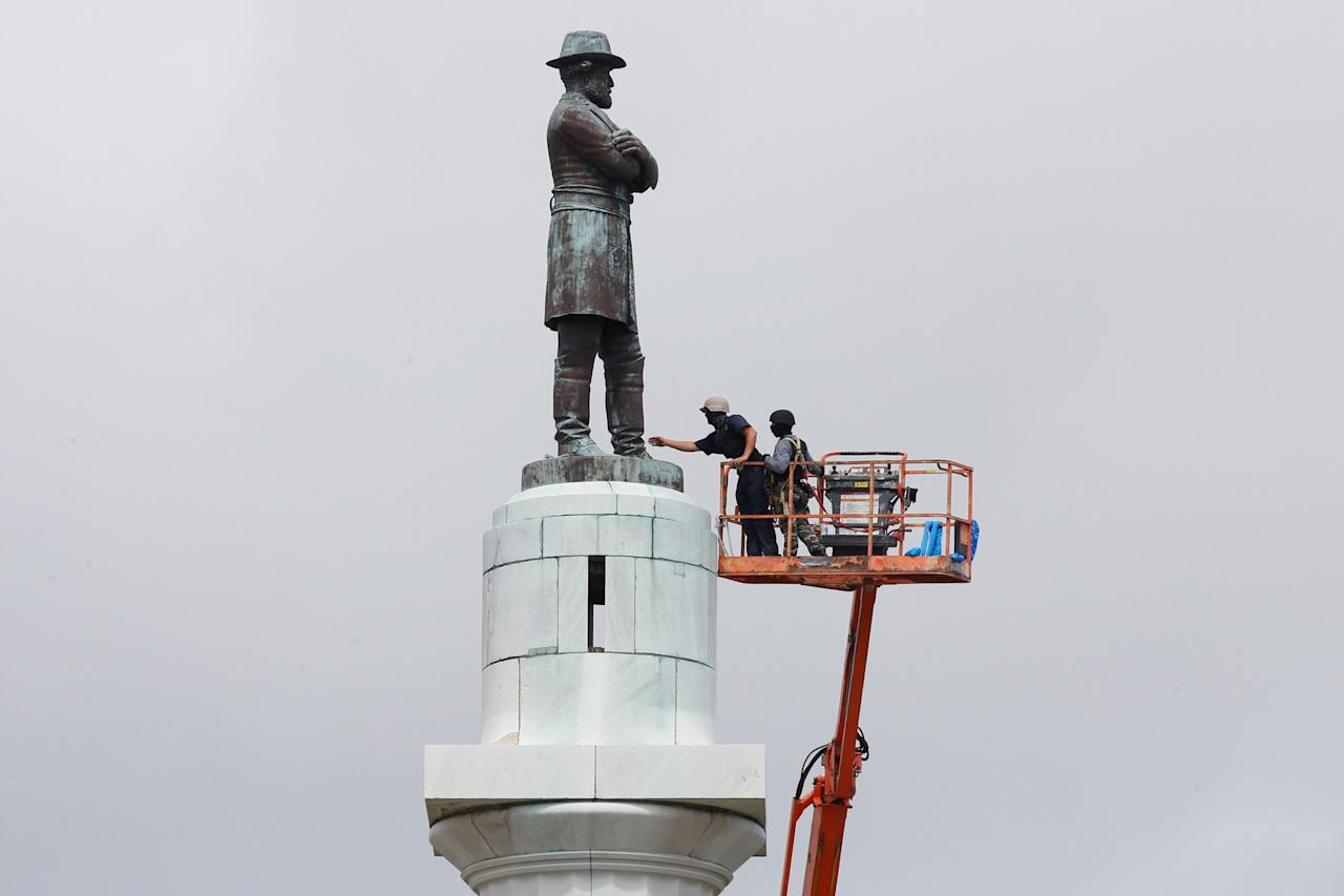 <p>Construction crews prepare a monument of Robert E. Lee, who was a general in the Confederate Army, for removal in New Orleans, La., on May 19, 2017. (Photo: Jonathan Bachman/Reuters) </p>