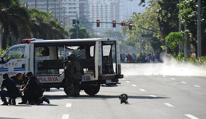 Members of police bomb disposal unit detonate a suspicious package along Roxas Boulevard near the US embassy in Manila on November 28, 2016 (AFP Photo/Ted Aljibe)