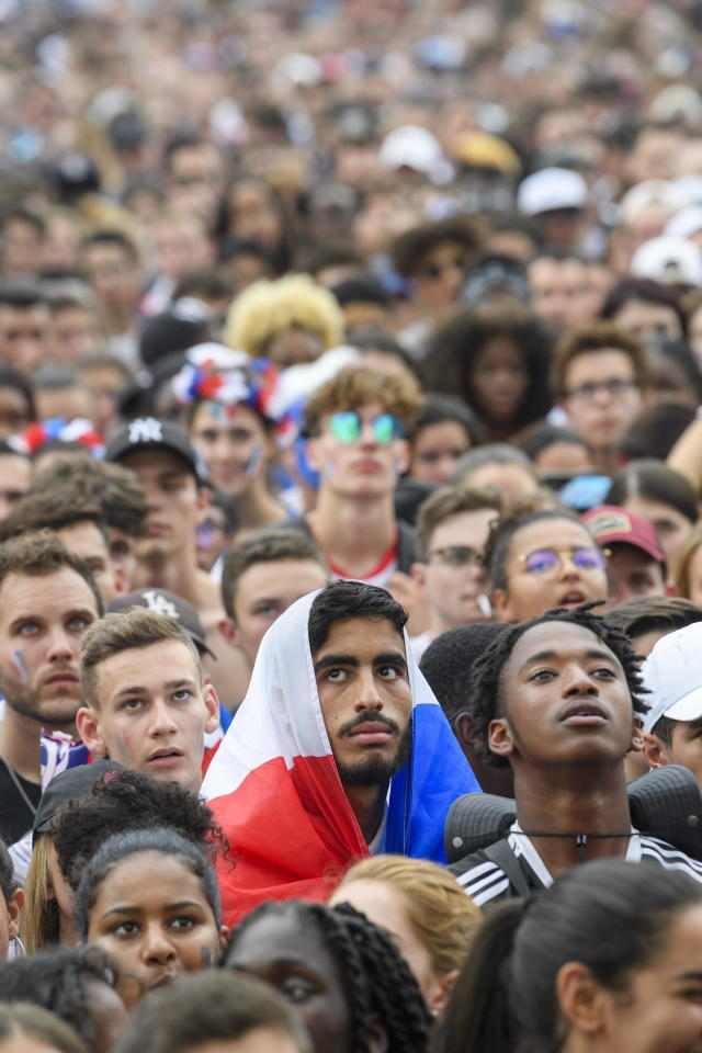 PHU30851 PUVI. Geneva (Switzerland Schweiz Suisse), 15/07/2018.- Supporters of the French national soccer team react as they watch a public broadcast of the FIFA World Cup final soccer match between France and Croatia in Geneva, Switzerland, 15 July 2018. (Croacia, Ginebra, Mundial de Fútbol, Suiza, Francia) EFE/EPA/MARTIAL TREZZINI