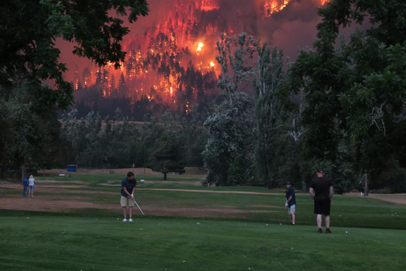 How the picture of golfers next to Oregon's inferno burned up the Internet