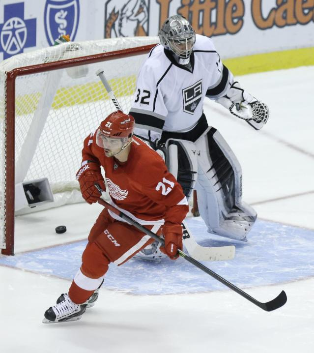 Detroit Red Wings left wing Tomas Tatar (21), of the Czech Republic, scores on Los Angeles Kings goalie Jonathan Quick (32) during the shootout period of an NHL hockey game in Detroit, Saturday, Jan. 18, 2014. (AP Photo/Carlos Osorio)