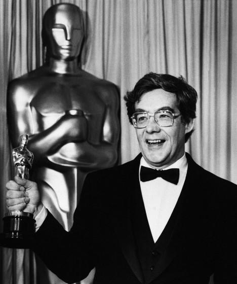 "Kurt Luedtke holds Oscar he won for screenplay based on material from another medium for film ""Out of Africa"", at Academy Awards in Los Angeles on Monday night, March 24, 1986. (AP Photo/Lennox McLendon)"