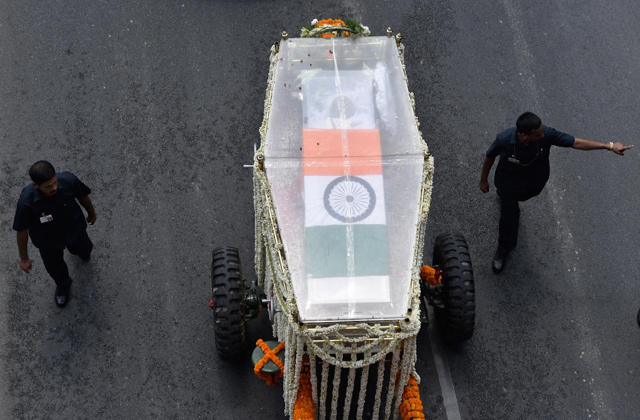 <p>A vehicle carrying the coffin with the body of former Prime Minister Atal Bihari Vajpayee from his residence at 6A-Krishna Menon Marg, to the BJP headquarters on Deen Dayal Upadhyay Marg, on August 17, 2018 in New Delhi, India. (Photo by Sanchit Khanna/Hindustan Times via Getty Images) </p>