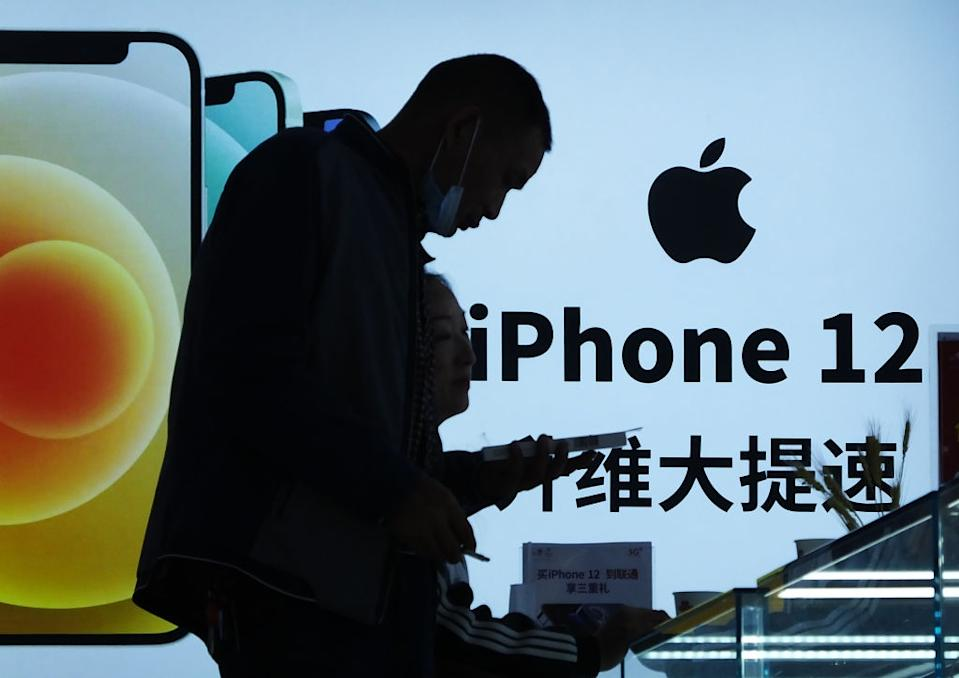 iPhone 12 Werbung in China (Photo by Liu Junfeng/VCG via Getty Images)