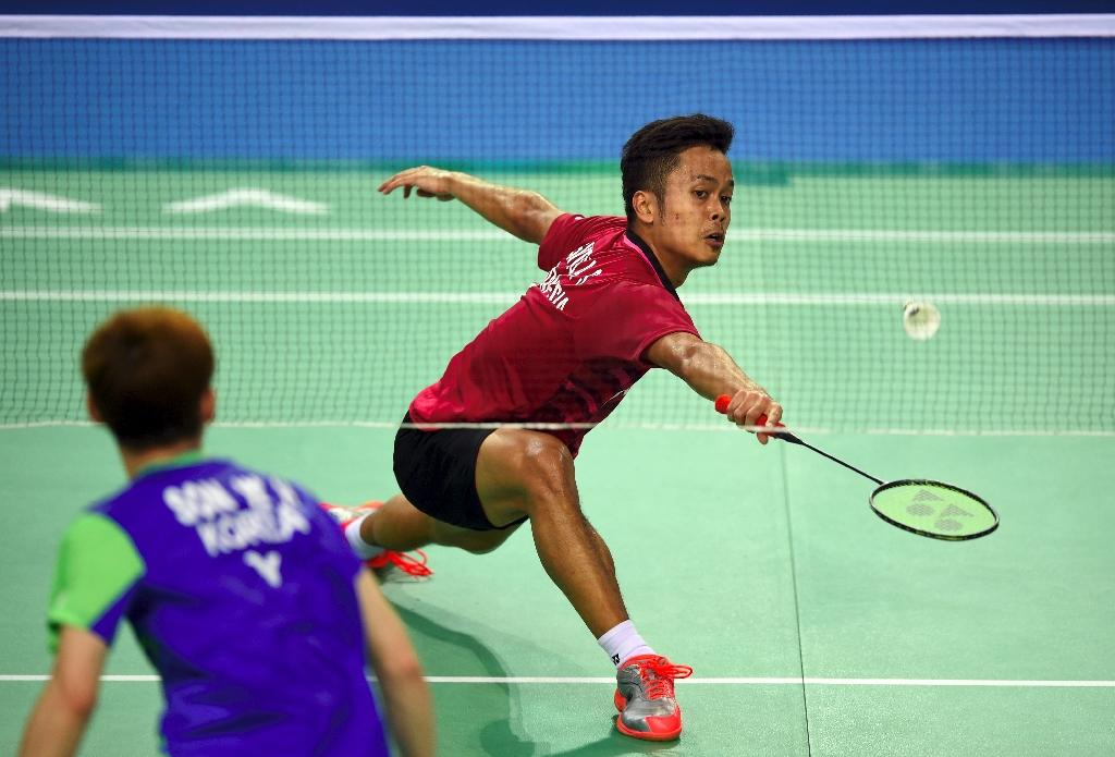 Indonesia's Anthony Sinisuka Ginting (right) returns a shot against South Korea's Son Wan-Ho during their men's singles semi-final match at the Korea Open Badminton Superseries in Seoul on September 16, 2017 (AFP Photo/JUNG Yeon-Je)