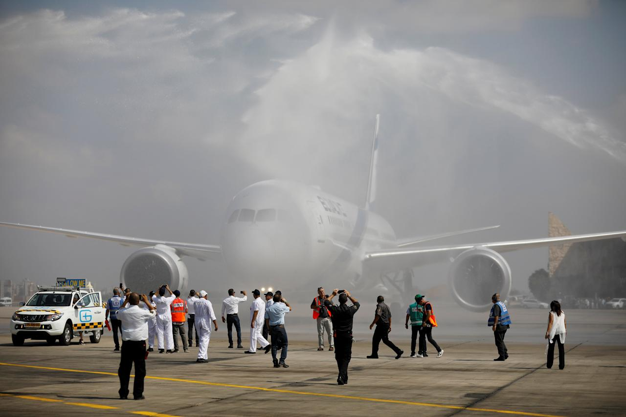 The first of Israel's El Al Airlines order of 16 Boeing 787 Dreamliner jets receives a water cannon statue upon its landing at Ben Gurion International Airport, near Tel Aviv, Israel August 23, 2017. REUTERS/Amir Cohen     TPX IMAGES OF THE DAY