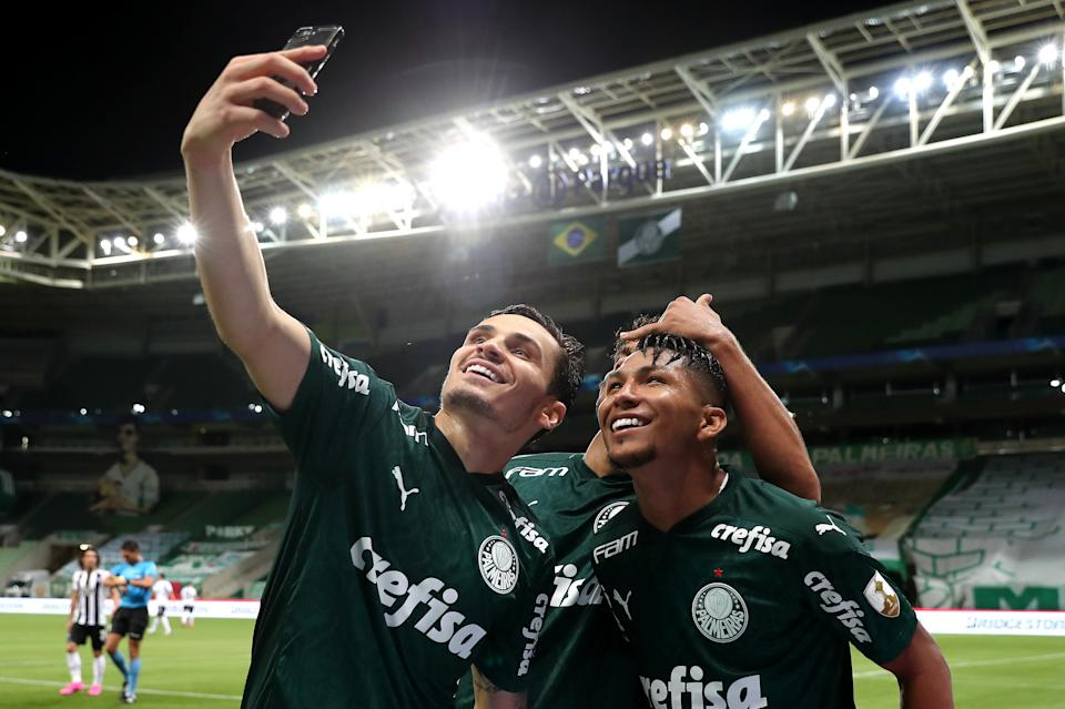 SAO PAULO, BRAZIL - DECEMBER 15: Rony of Palmeiras (L) poses for a selfie with teammates after scoring the the second goal of his team during a quarter final second leg match between Palmeiras and Libertad as part of Copa CONMEBOL Libertadores 2020 at Allianz Parque on December 15, 2020 in Sao Paulo, Brazil. (Photo by Sebastiao Moreira-Pool/Getty Images)