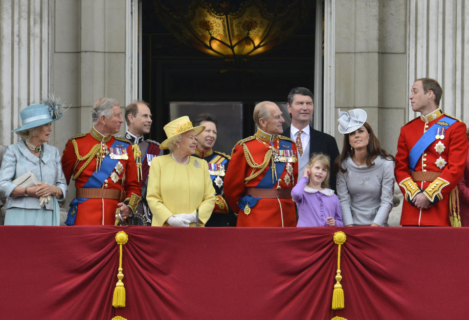 Members of Britain's Royal family (L-R) Camilla, Duchess of Cornwall, Prince Charles, Prince Edward, Queen Elizabeth, Princess Anne, Prince Philip, Tim Lawrence, Louise Windsor, Catherine, Duchess of Cambridge and Prince William, stand on the balcony of Buckingham Palace following the Trooping the Colour ceremony in central London June 16, 2012. Trooping the Colour is a ceremony to honour the sovereign's official birthday.    REUTERS/Toby Melville   (BRITAIN - Tags: ANNIVERSARY ENTERTAINMENT MILITARY SOCIETY ROYALS)