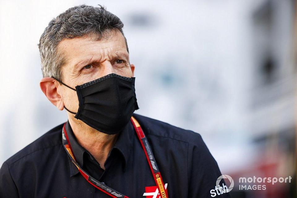 """Guenther Steiner, Team Principal, Haas F1 parle aux médias<span class=""""copyright"""">Andy Hone / Motorsport Images</span>"""