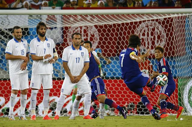 Japan's Yasuhito Endo takes a freekick during their 2014 World Cup Group C soccer match against Greece at the Dunas arena in Natal June 19, 2014. REUTERS/Kai Pfaffenbach (BRAZIL - Tags: SOCCER SPORT WORLD CUP)