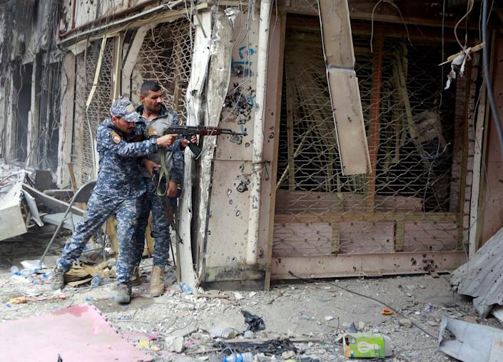 <p>A member of the Iraqi Federal Police opens fire against Islamic State militants in the Old City of Mosul, Iraq, July 7, 2017. (Photo: Ahmed Saad/Reuters) </p>