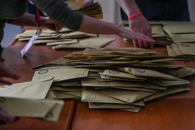 Electoral authorities recounted votes in more than a dozen Istanbul districts (AFP Photo/Ozan KOSE)