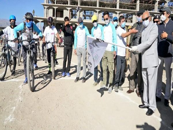 Lieutenant Governor of Ladakh RK Mathur flagged a cycle rally and a cleanliness drive. (Image source: Twitter)