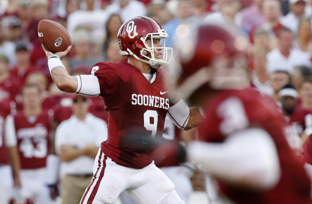 Oklahoma quarterback Trevor Knight throws a pass to Jalen Saunders for a touchdown against Louisiana Monroe in the second quarter of an NCAA college football game in Norman, Okla., Saturday, Aug. 31, 2013. (AP Photo/Sue Ogrocki)