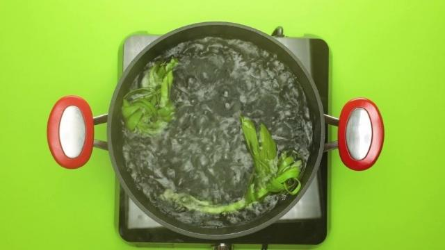 Boiling water with pandan leaves
