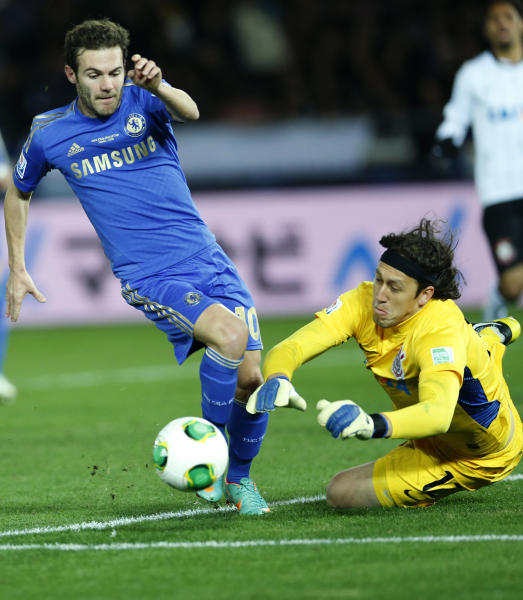 Corinthians' goalkeeper Cassio, right, makes a save from Chelsea FC's Juan Mata, left, during their final match at the FIFA Club World Cup soccer tournament in Yokohama, near Tokyo, Sunday, Dec. 16, 2012. (AP Photo/Shizuo Kambayashi)