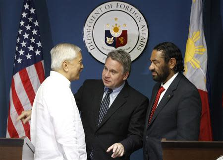 Philippine Foreign Affairs Secretary Albert Del Rosario (L) chats with U.S. Representatives Chris Smith and Al Green (R) after their news conference at the Department of Foreign Affairs headquarters in Pasay city, metro Manila November 25, 2013. REUTERS/Romeo Ranoco