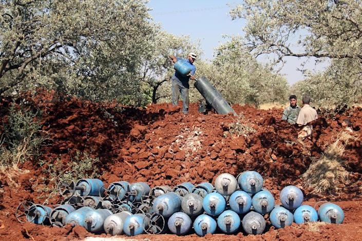 Rebel fighters fire home-made mortar rounds towards Syrian regime forces on July 20, 2015, on the outskirts of Idlib (AFP Photo/Omar Haj Kadour)