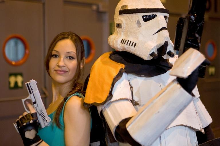 """Cosplayers"" fantasiados de Lara Croft e de Stormtrooper na Madrid Games Week em outubro de 2014."