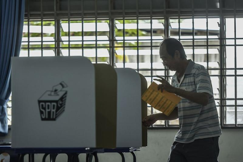 A senior citizen casts his vote during the Tanjung Piai by-election at SJK(C) Cheow Min in Pontianm November 16, 2019. — Picture by Shafwan Zaidon