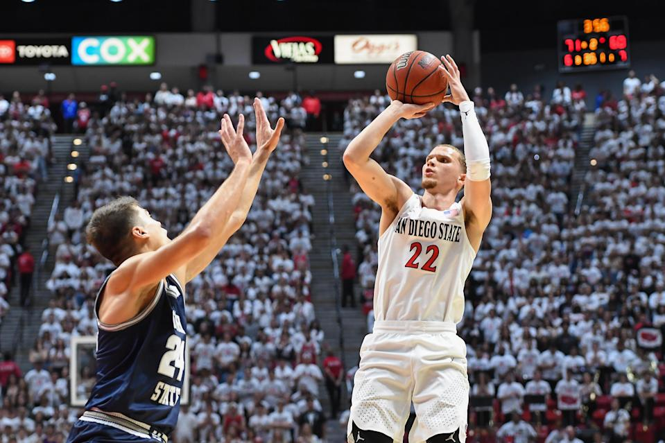 """<a class=""""link rapid-noclick-resp"""" href=""""/ncaaw/teams/s-diego-st/"""" data-ylk=""""slk:San Diego State Aztecs"""">San Diego State Aztecs</a> guard Malachi Flynn (22) shoots the ball during a college basketball game between Utah State and SDSU on Feb. 1. (Justin Fine/Icon Sportswire via Getty Images)"""