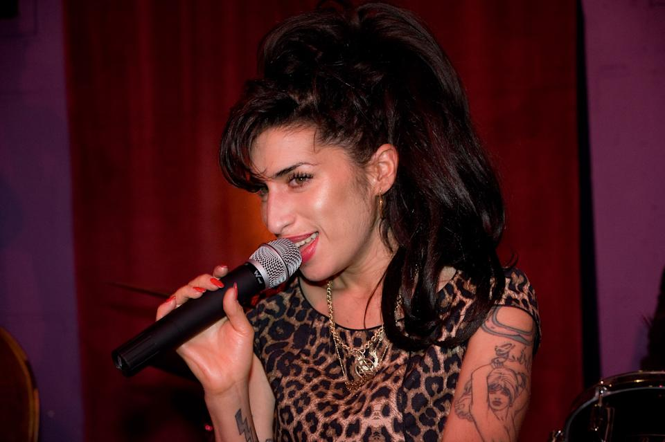 Amy Winehouse performs at the launch party of City Burlesque on October 7, 2010 in London, England. (Photo by Samir Hussein/Getty Images)