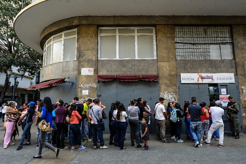 Getting to the discounts means standing in long lines, but Venezuelans are used to that (AFP Photo/FEDERICO PARRA)