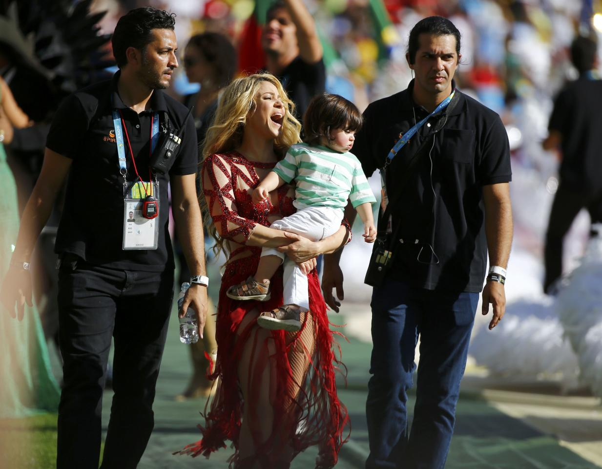 Singer Shakira carries her son Milan during the 2014 World Cup closing ceremony at the Maracana stadium in Rio de Janeiro July 13, 2014. REUTERS/Damir Sagolj (BRAZIL - Tags: SOCCER SPORT WORLD CUP)