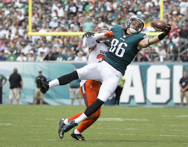 <p>Zach Ertz #86 of the Philadelphia Eagles makes a one handed catch against Jordan Poyer #33 of the Cleveland Browns in the first quarter at Lincoln Financial Field on September 11, 2016 in Philadelphia, Pennsylvania. (Photo by Mitchell Leff/Getty Images) </p>