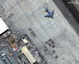 A satellite image by Maxar Technologies shows crowds of people waiting on the tarmac at Kabul's Hamid Karzai International Airport in Afghanistan (AFP/-)