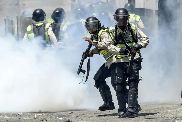 Venezuelan police clash with opposition activists during a protest against the government of President Nicolas Maduro on April 6, 2017 in Caracas