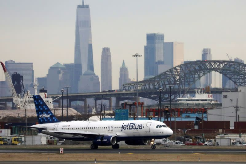 JetBlue posts quarterly loss, scales back Airbus orders