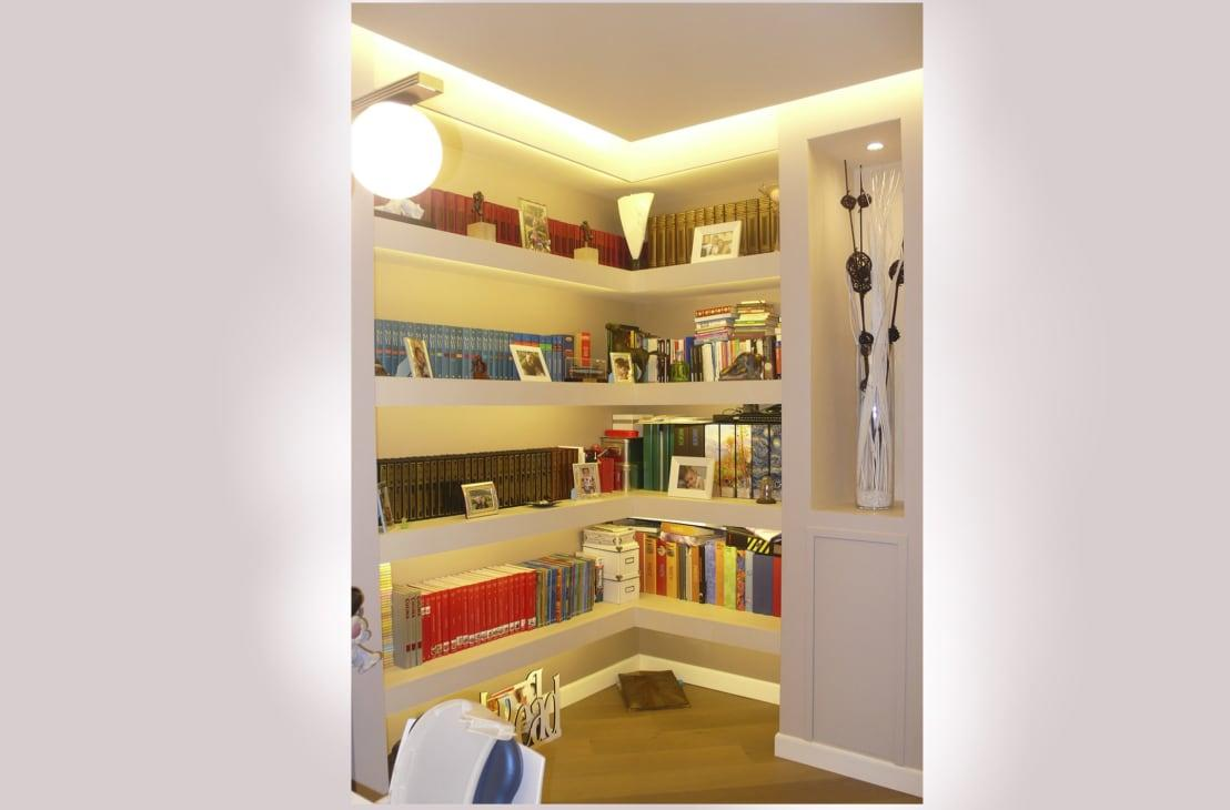 <p>In this marvel of interior architectural design, the false ceiling has been combined with a mini library made completely of plasterboard. To light up the room, this false square ceiling has been designed with lovely lighting, somewhat concealed along its perimeter.</p>  Credits: homify / NicArch