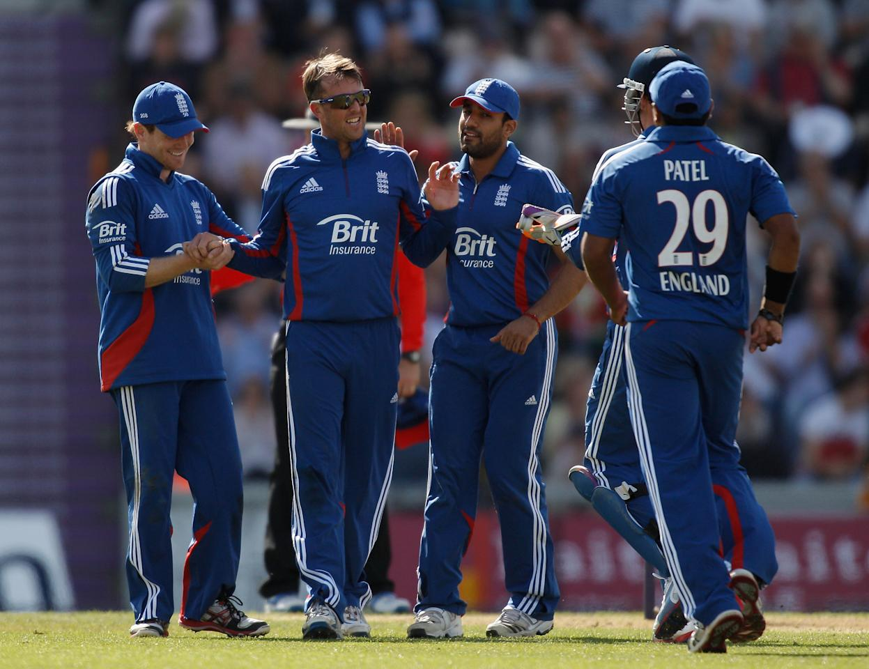 SOUTHAMPTON, ENGLAND - AUGUST 28:  Graeme Swann of England (2L) celebrates with teammates after dismissing Dean Elgar of South Africa (not pictured) during the 2nd NatWest Series ODI match between England and South Africa at the Ageas Bowl on August 28, 2012 in Southampton, England.  (Photo by Harry Engels/Getty Images)