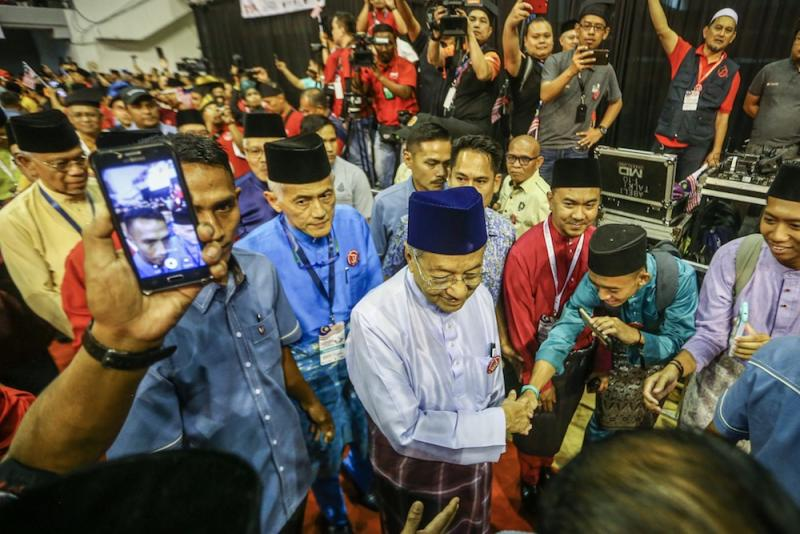 Prime Minister Tun Dr Mahathir Mohamad arrives for the Malay Dignity Congress in Shah Alam October 6, 2019. Datuk Abdul Rahim Hashim is behind him, in blue baju Melayu and songkok. — Picture by Hari Anggara