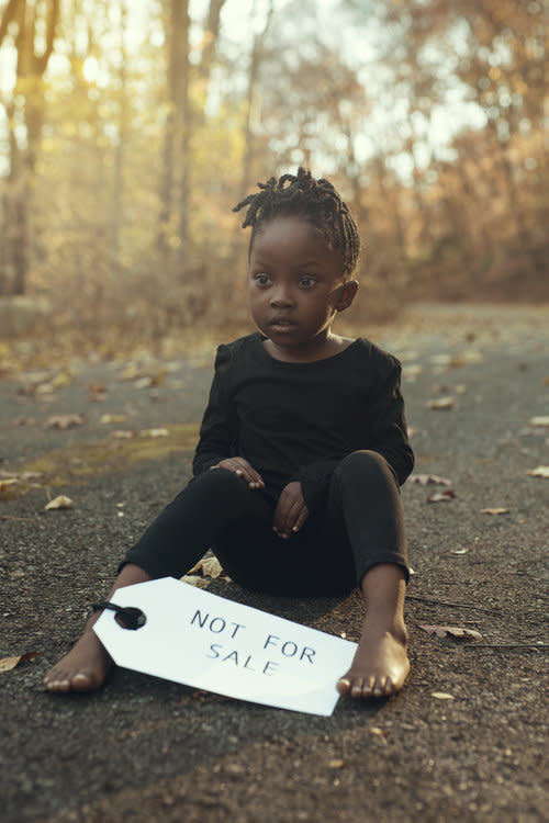 "Photographer Kofi Dua created a PSA editorial to raise awareness of Libya's slave trade crisis. (Photo:  <a href=""http://www.kofidua.com/"" rel=""nofollow noopener"" target=""_blank"" data-ylk=""slk:Kofi Dua"" class=""link rapid-noclick-resp"">Kofi Dua</a>)"