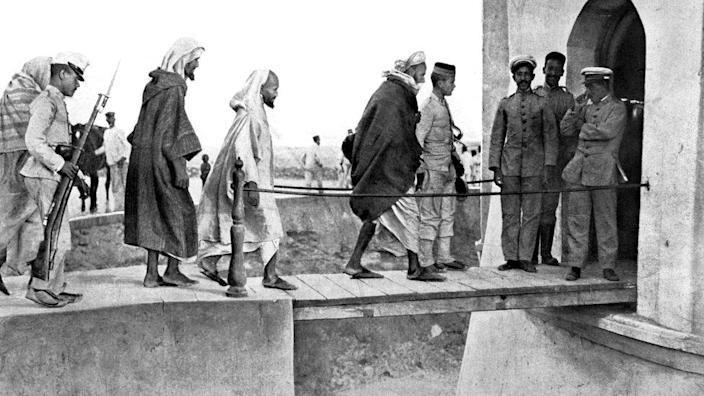 Morocco, 1909, Moroccan prisoners lead to Fort Los Camellos, after the Melilla unrest.