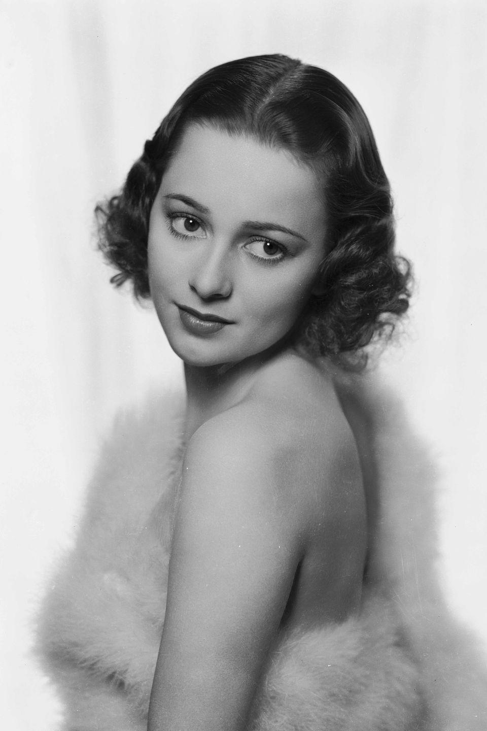 <p>Here's the actress wearing a stylish fur wrap in 1936.</p>