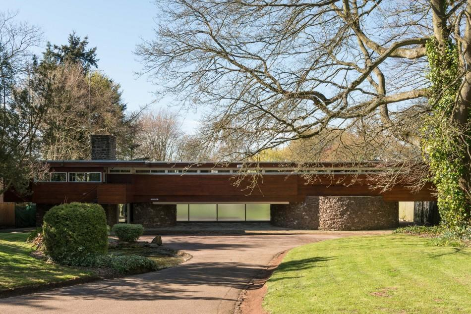 <p>This iconic 1960s house, set in a 1.2 acre plot overlooking rolling hills and fields near Kenilworth, Warwickshire, was designed by Robert Harvey, a renowned local architect who was clearly inspired by the American residences of Frank Lloyd Wright. </p>